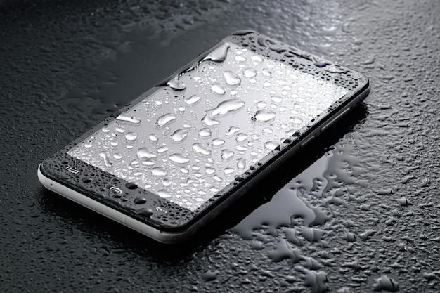 International ingress protection rating - flüssiges wasser fällt auf ein glas smartphone