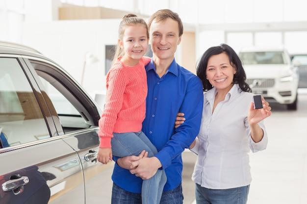 Internationale familie kauft ein neues auto