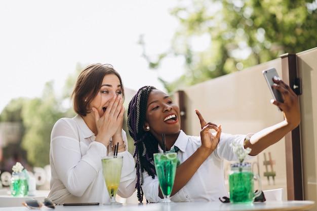 Internationale freundinnen in einer bar