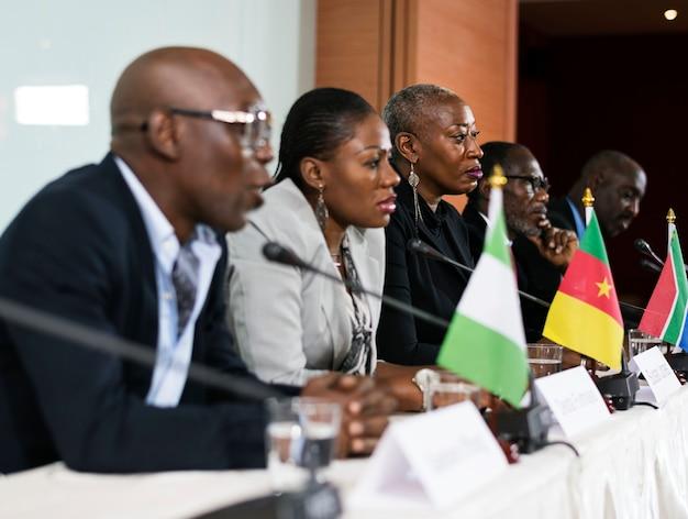 Internationale geschäftsleute in einer podiumsdiskussion