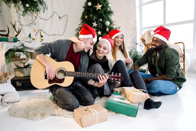 Internationale menschen feiern weihnachten und neujahr zusammen