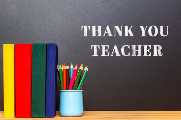 Internationaler dankeschön-kreidetext an die lehrer. auf schwarzer tafel. schulkonzept. bildungshintergrund.