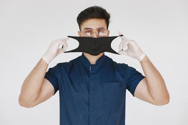 Internationaler medizinstudent. mann in blauer uniform. doktor in einer maske.