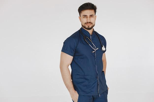 Internationaler medizinstudent. mann in blauer uniform. doktor mit stethoskop.