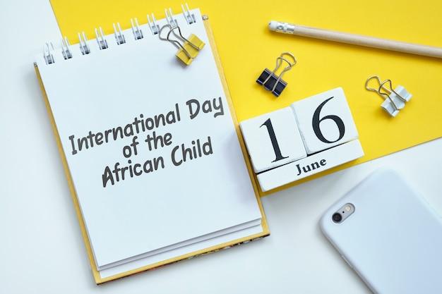 Internationaler tag des afrikanischen kindes 16 16. juni monatskalender konzept auf holzblöcken.