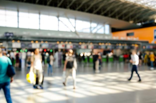 Internationales flughafenterminal mit unscharfen menschen