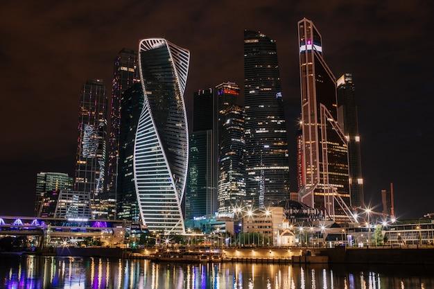 Internationales geschäftszentrum, moskau-stadtnacht mit reflexion im fluss moskva