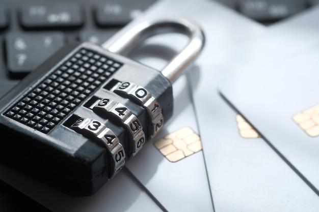 Internet-sicherheitskonzept mit vorhängeschloss auf computertastatur