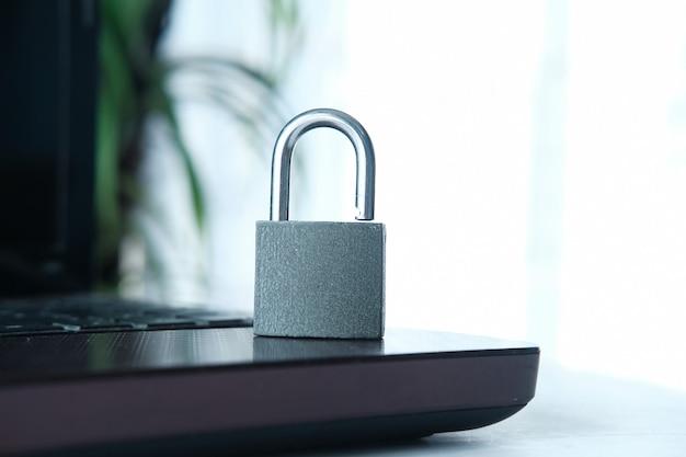 Internet-sicherheitskonzept mit vorhängeschloss auf laptop-tastatur