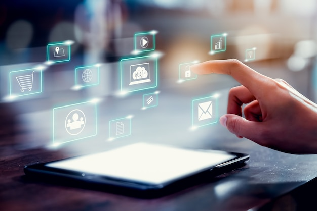 Internet und netzwerk der konzepttechnologie, handberührungssymbol der digitalen medien mit showanzeige auf tablett.