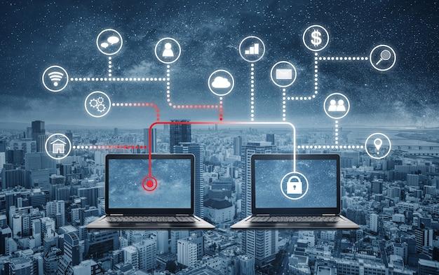 Internet- und online-netzwerksicherheitssystem. laptop-computer, der daten vom computerlaptop zerhackt und stiehlt