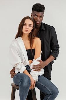 Interracial paar, das mittleren schuss aufwirft