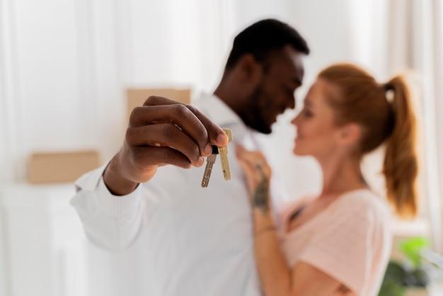 Interracial paar macht sich bereit umzuziehen