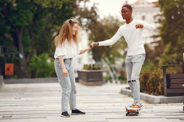 Interracial studenten haben spaß und lachen fröhlich im park