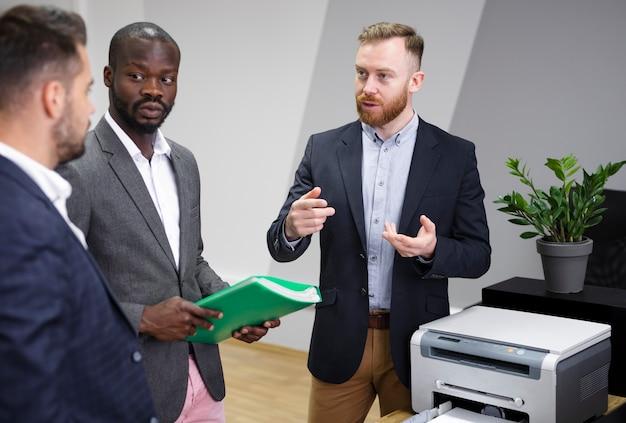 Interracial team diskutieren ideen