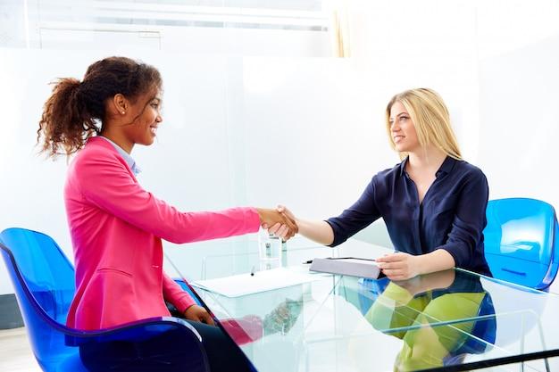 Interview mit geschäftsfrauen handshake multi-ethnischen