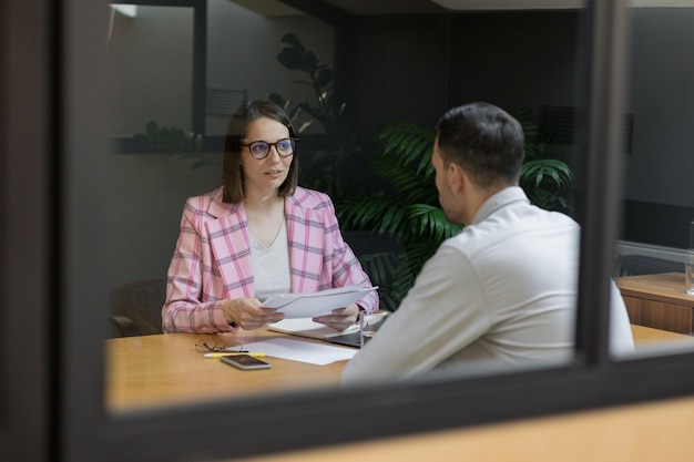 Interview oder verhandlung erfolgreiche und schöne geschäftsfrau in ihrem bürointerview