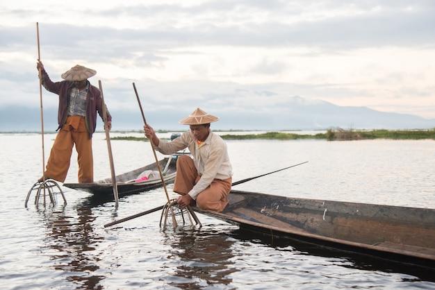Intha fischer arbeiten am morgen am inle see in myanmar