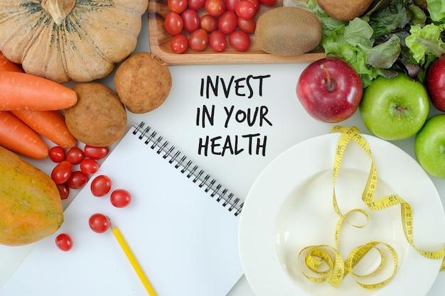 Investieren sie in ihre gesundheit, gesundes lebensstilkonzept mit diät und eignung, erhalten sie herein, eignungsausrüstung und gesundes lebensmittel fit