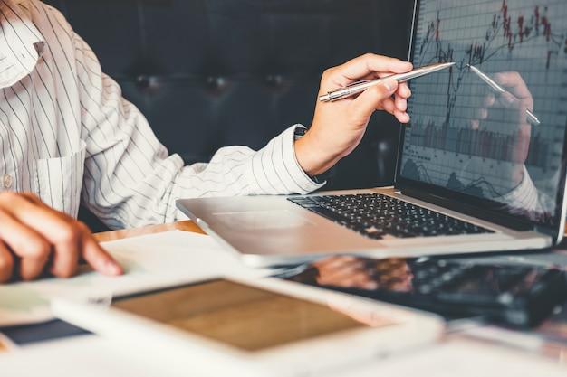 Investment börse entrepreneur business man diskutieren und analyse grafik börsenhandel, kursdiagramm