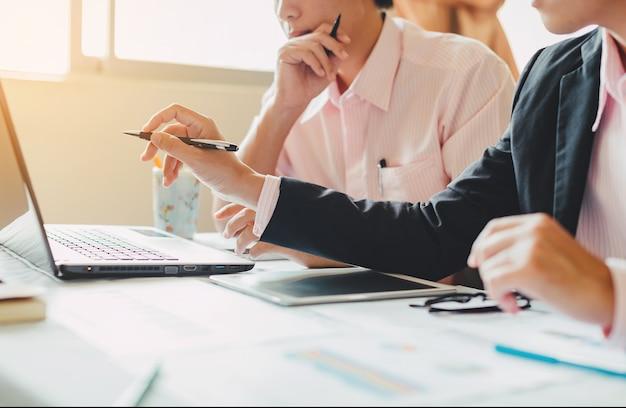 Investmentberater mit zwei geschäftsmännern, die unternehmensfinanzberichtsbalance analysieren
