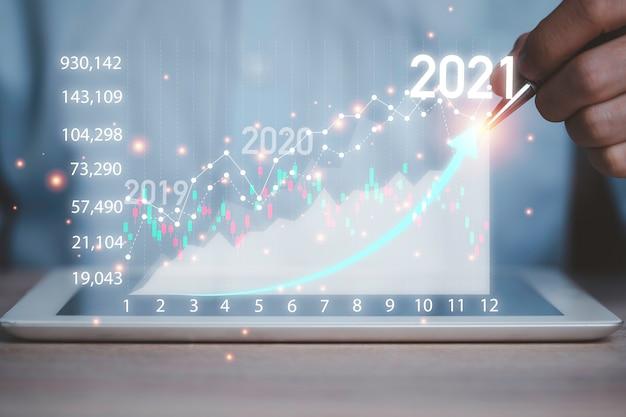Investmenthändler mit laptop zur analyse des technischen börsendiagramms