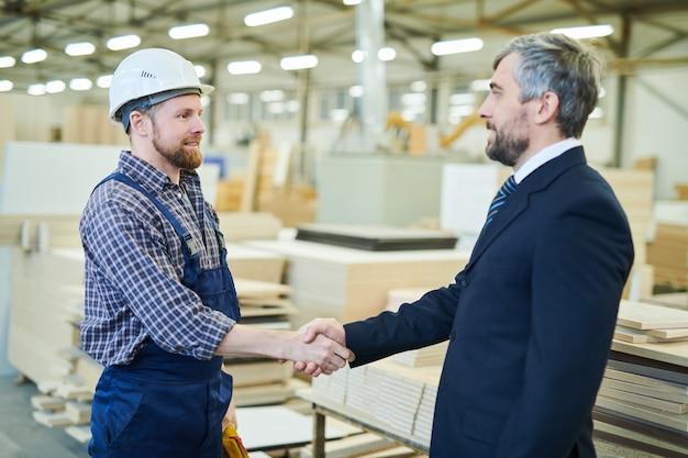 Investor schließt vertrag mit großer möbelfabrik ab