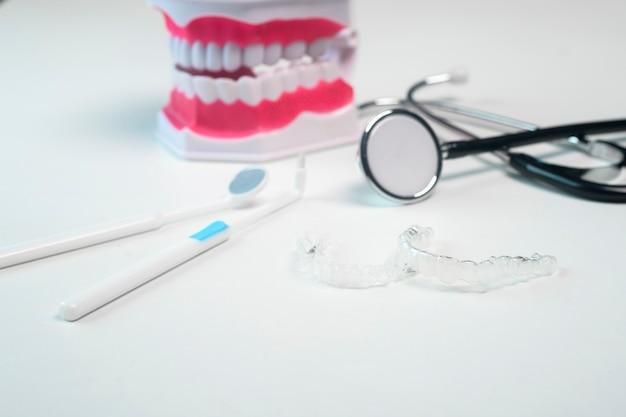 Invisalign-klammern und -werkzeuge für die zahnpflege, die zahngesundheit und das kieferorthopädische konzept.