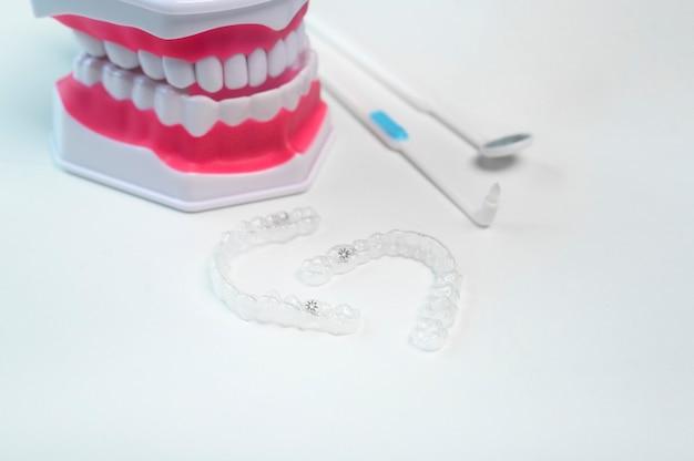 Invisalign-klammern und -werkzeuge für die zahnpflege, die zahngesundheit und das kieferorthopädische konzept. Premium Fotos