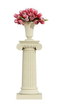 Ionischer sockel mit rosen auf weiß