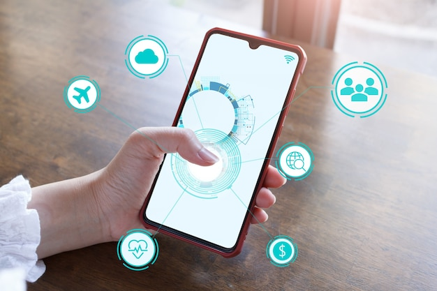 Iot internet of things-entwicklungskonzept, das hand-touchscreen-smartphone, um das konzept von iot zu zeigen.