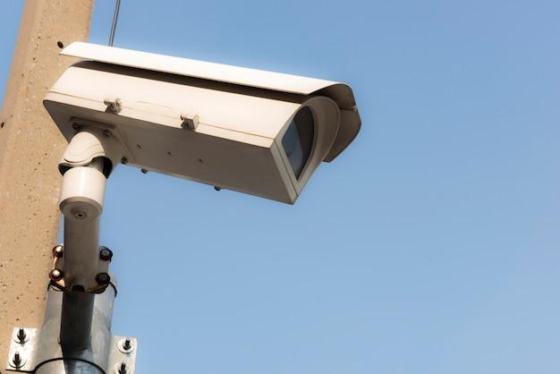 Ip-cctv-kameras sind in einem hohen winkel positioniert, um sie mit dem konzept des heimsicherheitssystems abzudecken