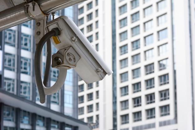 Ip-kamera an der wand mit geschäftshintergrund, überwachungskamera.