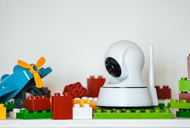 Ip-kamera im regal mit spielzeug, das als babyphone dient