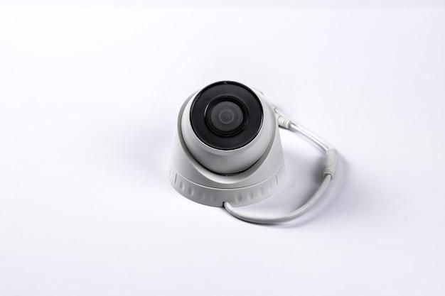 Ip-überwachungskamera in der mitte auf einem weißen hintergrund.