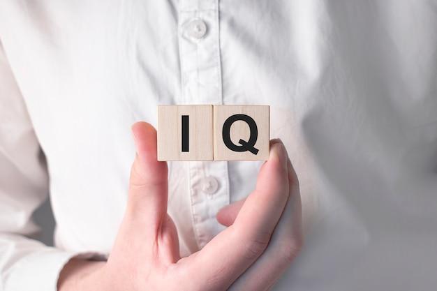 Iq-konzept. akronym für fragen und antworten oder tätigkeit als tester oder qualitätsingenieur.