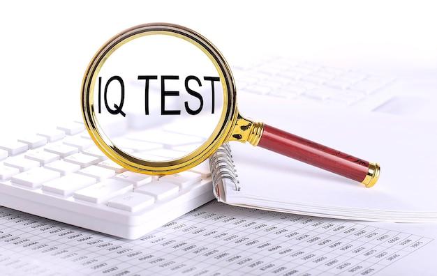 Iq-testwort durch die lupe auf der tastatur auf dem diagramm