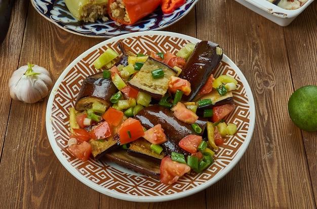 Irakischer gebratener auberginen-melasse-salat hautnah