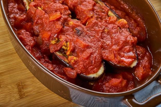Irakischer scheich mahshi batinjaan, auberginen gefüllt mit fleisch, asien traditionelle verschiedene gerichte, ansicht von oben.