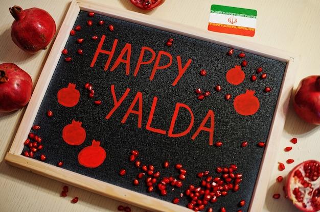 Iranian happy yalda nacht mit granatäpfeln