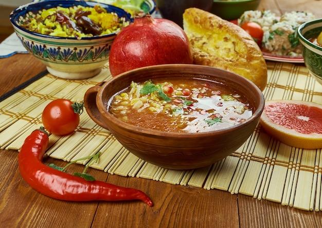 Iranische küche - ash-e anar persische granatapfelsuppe
