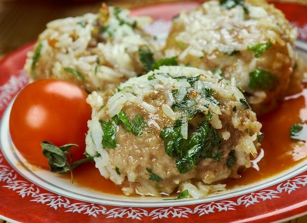 Iranische küche - gondhi berenji, traditionelle persische gerichte persische fleischbällchen mit reis