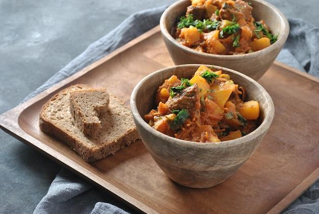 Irischer eintopf aus rindfleisch, kartoffeln, karotten und kräutern. traditionelles hauptgericht zum st. patrick's day.