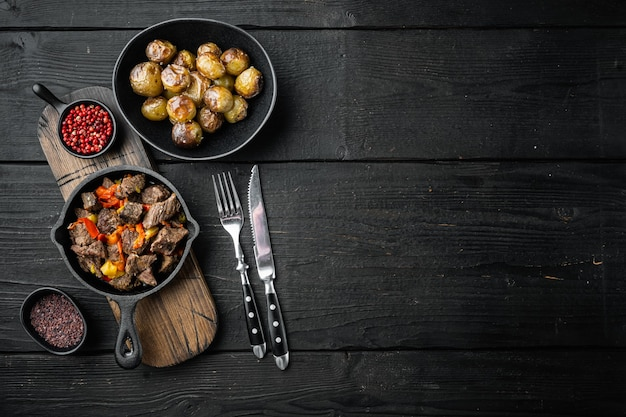 Irischer eintopf mit rinderkartoffeln, karotten und kräutern in einer gusseisernen pfanne