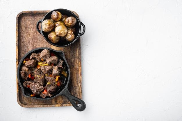 Irischer eintopf mit rindfleisch, kartoffeln, karotten und kräutern in einer gusseisernen pfanne
