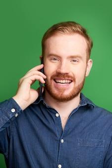 Irischer junger mann, der telefonanruf macht