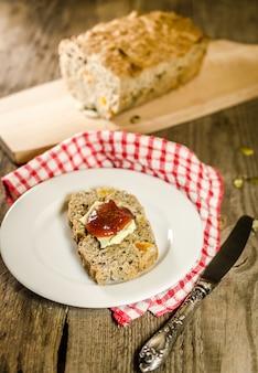 Irisches brot mit butter und marmelade