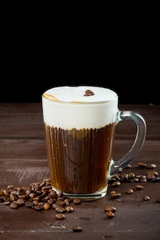 Irish coffee auf dem dunklen holz