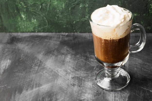 Irish coffee mit whisky auf dunkler tabelle. kopieren sie platz. lebensmitteltabelle
