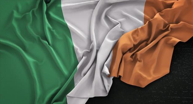 Irland fahne geknittert auf dunklem hintergrund 3d render